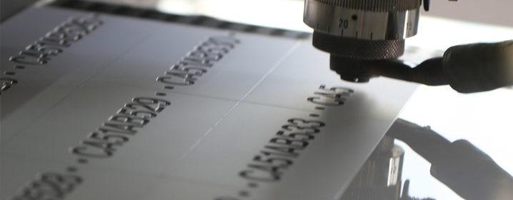 etichette incise pantografo